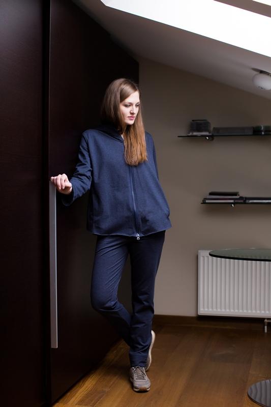 Комплект домашний женский Marusя: кофта, брюки, цвет: темно-синий. 166019. Размер L (48)166019Женский домашний комплект Marusя включает в себя кофту и брюки. Комплект изготовлен из приятной на ощупь смесовой ткани. Брюки дополнены карманами. Кофта с длинными рукавами, карманами и капюшоном дополнена застежкой-молнией.