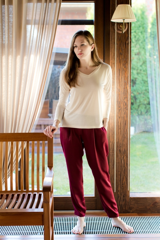 Комплект домашний женский Marusя: джемпер, брюки, цвет: бежевый, бордовый. 166037. Размер L (48)166037Женский домашний комплект Marusя включает в себя джемпер и брюки. Комплект изготовлен из приятной на ощупь смесовой ткани. Джемпер свободного кроя с V-образным вырезом. Брюки слегка зауженного кроя дополнены карманами.