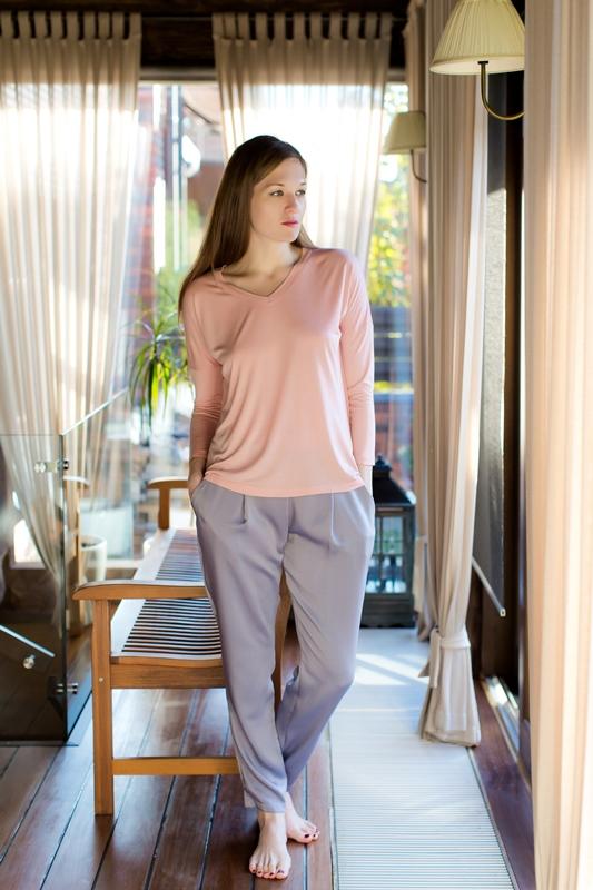 Комплект домашний женский Marusя: джемпер, брюки, цвет: розовый, серый. 166039. Размер S (44)166039Женский домашний комплект Marusя включает в себя джемпер и брюки. Комплект изготовлен из приятной на ощупь смесовой ткани. Джемпер свободного кроя с V-образным вырезом. Брюки слегка зауженного кроя дополнены карманами.
