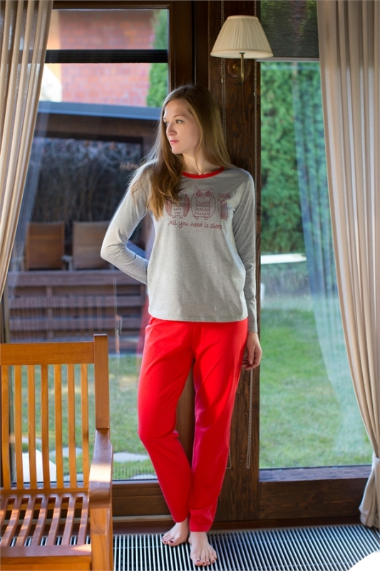 Комплект домашний женский Violett: лонгслив, брюки, цвет: серый, красный. 17150117. Размер XL (50)17150117Женский домашний комплект одежды Violett, состоящий из лонгслива и брюк, выполнен из натурального хлопка.Лонгслив с круглым вырезом горловины и длинными рукавами оформлен спереди интересным принтом.Брюки прямого кроя, имеют эластичный пояс на талии и дополнены затягивающимся шнурком.