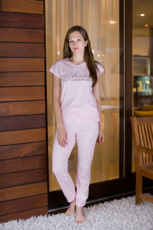 Комплект домашний женский Violett: футболка, брюки, цвет: светло-розовый. 17150308. Размер S (44)17150308Женский домашний комплект одежды Violett, состоящий из футболки и брюк, выполнен из натурального хлопка.Футболка с круглым вырезом горловины и короткими рукавами оформлена спереди надписью.Брюки прямого кроя, имеют эластичный пояс на талии и дополнены затягивающимся шнурком.