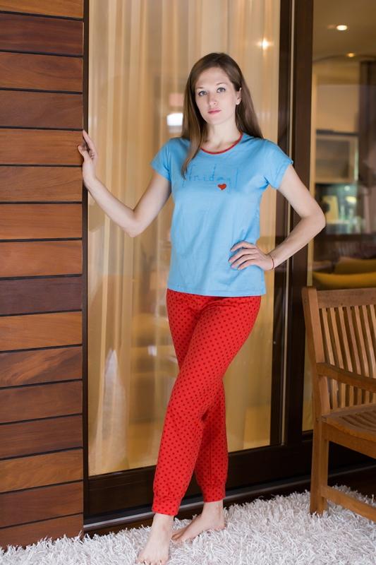 Комплект домашний женский Violett: футболка, брюки, цвет: голубой, красный. 17150314. Размер M (46)17150314Женский домашний комплект одежды Violett, состоящий из футболки и брюк, выполнен из натурального хлопка.Футболка с круглым вырезом горловины и короткими рукавами оформлена спереди надписью.Брюки прямого кроя, имеют эластичный пояс на талии и дополнены затягивающимся шнурком.