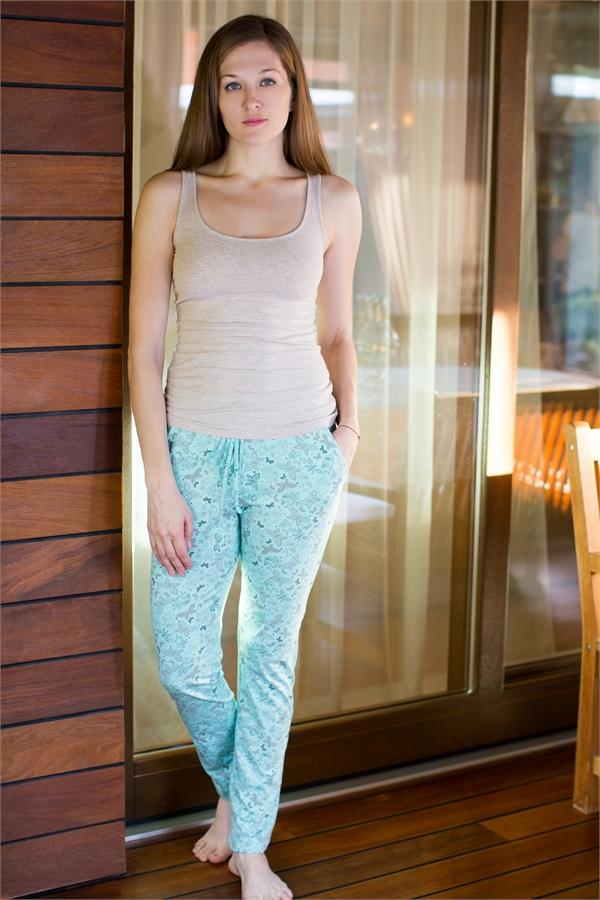 Брюки для дома женские Violett, цвет: ментоловый. 17150508. Размер M (46)17150508Женские домашние брюки Violett прямого кроя и стандартной посадки изготовлены из натурального хлопка. Брюки имеют широкую эластичную резинку на поясе, а также дополнены внутренним затягивающимся шнурком.