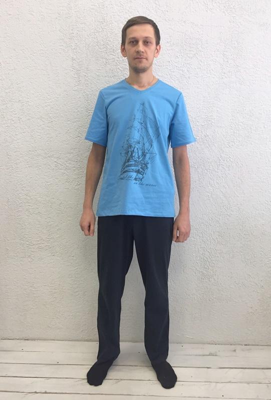 Комплект домашний мужской Basil: футболка, брюки, цвет: голубой, черный. 17230111. Размер M (46)17230111Домашний мужской комплект Basil состоит из футболки и брюк. Изделия выполнены из 100% хлопка. Футболка имеет короткие рукава и V-образный вырез горловины. Брюки свободного кроя имеют резинку на талии для комфортной посадки и два боковых кармана. Брюки выполнены в однотонном дизайне, а футболка украшена изображением корабля.