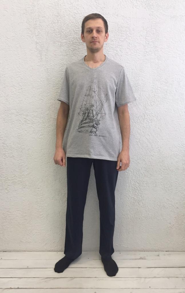 Комплект домашний мужской Basil: футболка, брюки, цвет: серый меланж, черный. 17230111. Размер XL (50)17230111Домашний мужской комплект Basil состоит из футболки и брюк. Изделия выполнены из 100% хлопка. Футболка имеет короткие рукава и V-образный вырез горловины. Брюки свободного кроя имеют резинку на талии для комфортной посадки и два боковых кармана. Брюки выполнены в однотонном дизайне, а футболка украшена изображением корабля.