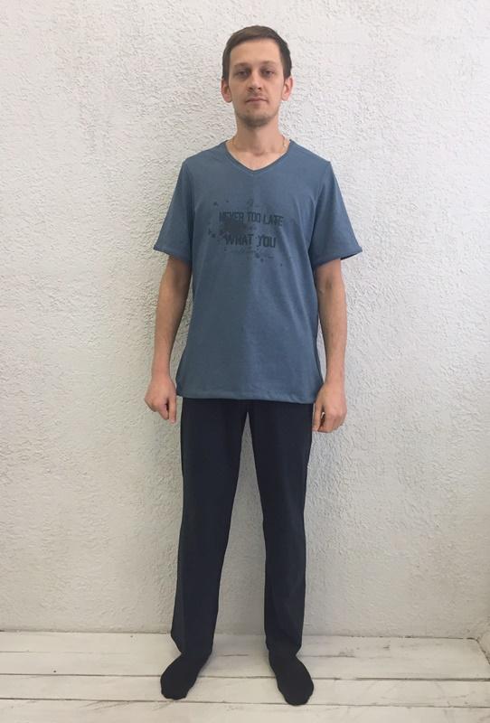 Комплект домашний мужской Basil: футболка, брюки, цвет: синий, черный. 17230112. Размер XXL (52)17230112Домашний мужской комплект Basil состоит из футболки и брюк. Изделия выполнены из 100% хлопка. Футболка имеет короткие рукава и V-образный вырез горловины. Брюки свободного кроя имеют резинку на талии для комфортной посадки и два боковых кармана. Брюки выполнены в однотонном дизайне, футболка дополнена надписями.