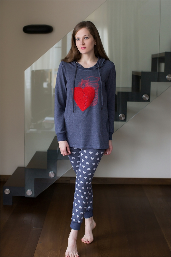 Комплект домашний женский Catherines: лонгслив, брюки, цвет: синий, красный, белый. 428. Размер L (48)428Женский домашний комплект Catherines состоит из лонгслива и брюк. Комплект выполнен из вискозы с добавлением полиэстера и эластана. Удлиненный лонгслив имеет длинные рукава с эластичными манжетами и капюшон с затягивающимся шнурком для регулировки объема. Брюки снабжены резинкой на талии для комфортной посадки, низ брючин отделан эластичным материалом в рубчик. Лонгслив украшен ярким рисунком в виде красного сердца, а брюки дополнены сплошным принтом в виде маленьких сердец.