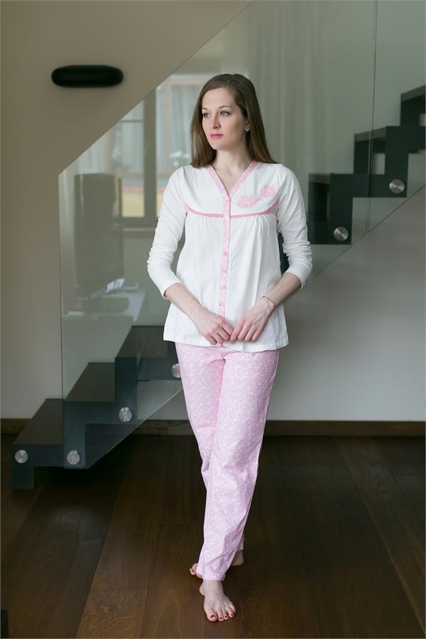 Комплект домашний женский Catherines: кофта, брюки, цвет: светло-розовый, белый. 430. Размер M (46)430Женский домашний комплект Catherines состоит из кофты и брюк. Комплект выполнен из 100% хлопка. Кофта-распашонка, декорированная вышивкой, застегивается на пуговицы, имеет длинные стандартные рукава и V-образный вырез горловины. Брюки свободного кроя снабжены резинкой на талии и дополнены сплошным цветочным принтом.