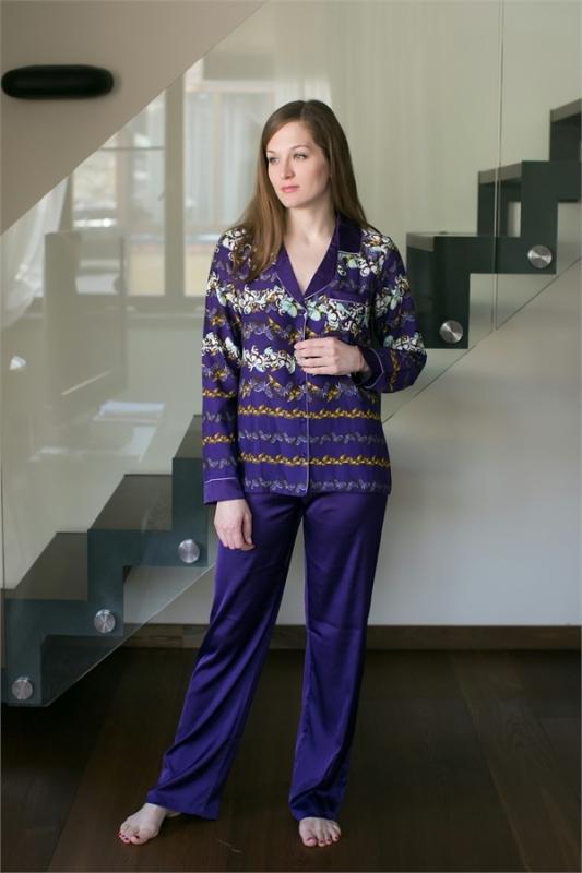Комплект домашний женский Penye Mood: жакет, брюки, цвет: фиолетовый. 7643. Размер L (48)7643Домашний комплект Penye Mood включает жакет, выполненный из хлопка и вискозы, и брюки из полиэстера с добавлением эластана. Жакет, дополненный оригинальным принтом, имеет длинные рукава, воротник с лацканами, застегивается на пуговицы. Брюки свободного кроя снабжены резинкой на талии. Такой комплект не стесняет движений, комфортен в носке и отлично подойдет для дома.
