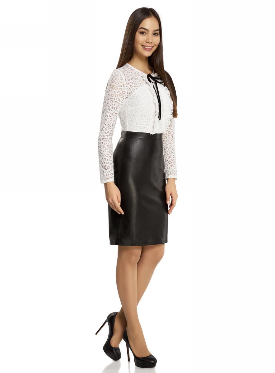 Платье oodji Collection, цвет: черный, белый. 21913014/45945/2912B. Размер 38-170 (44-170)21913014/45945/2912BКомбинированное платье oodji Collection - стильный вариант не только для офиса, но и для любого мероприятия. Модель средней длины с имитацией 2 в 1 стилизована под блузку с юбкой. Верх платья с круглым вырезом горловины и длинными рукавами выполнен из кружевного материала и оформлен рюшами и бантиком. Низ платья выполнен из искусственной кожи и дополнен разрезом. Платье застегивается на скрытую застежку-молнию по спинке.