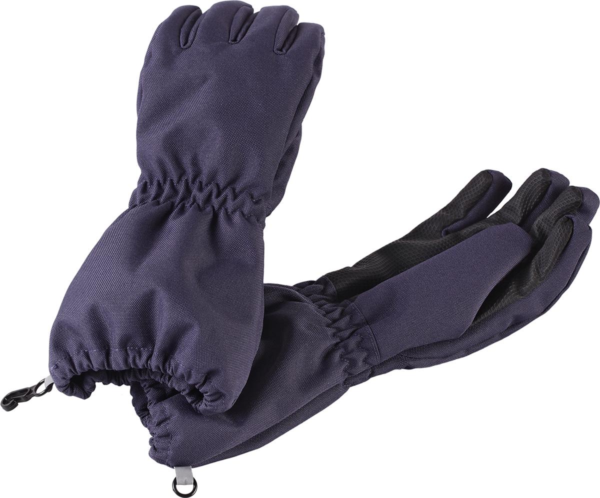 Перчатки детские Lassie Lassietec, цвет: темно-синий. 7277019630. Размер 57277019630Дышащие детские перчатки изготовлены из очень износостойкого и абсолютно водонепроницаемого материала. В них предусмотрена водонепроницаемая мембрана и трикотажная подкладка из полиэстера с начесом. Усиления на ладони, кончиках пальцев и на большом пальце позволяют крепко держать в руках разные сокровища, найденные во время весенних приключений на природе, а еще хорошо согревают ручки. Сверху снабжены светоотражающим элементом.