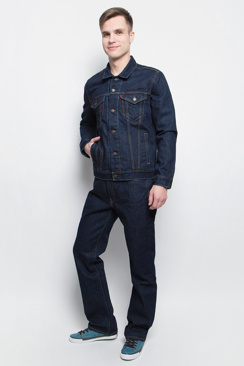 Куртка джинсовая мужская Levis®, цвет: темно-синий. 7233401340. Размер L (50)7233401340Куртка джинсовая Levisвыполнена из натурального хлопка и оформлена контрастной прострочкой. Модель с отложным воротником и длинными рукавами застегивается с помощью пуговиц. Куртка оснащена двумя втачными карманами и двумя накладными грудными карманами, которые закрываются клапаном на пуговицу. Манжеты дополнены пуговицами.