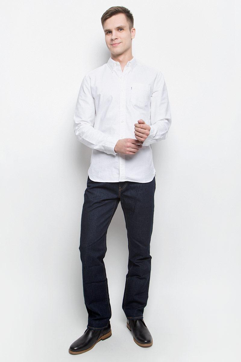Рубашка мужская Levis®, цвет: белый. 6582401800. Размер M (48)6582401800Мужская рубашка Levis® выполнена из натурального хлопка. Рубашка с длинными рукавами и отложным воротником застегивается на пуговицы спереди. Манжеты рукавов также застегиваются на пуговицы. На груди расположен накладной карман.