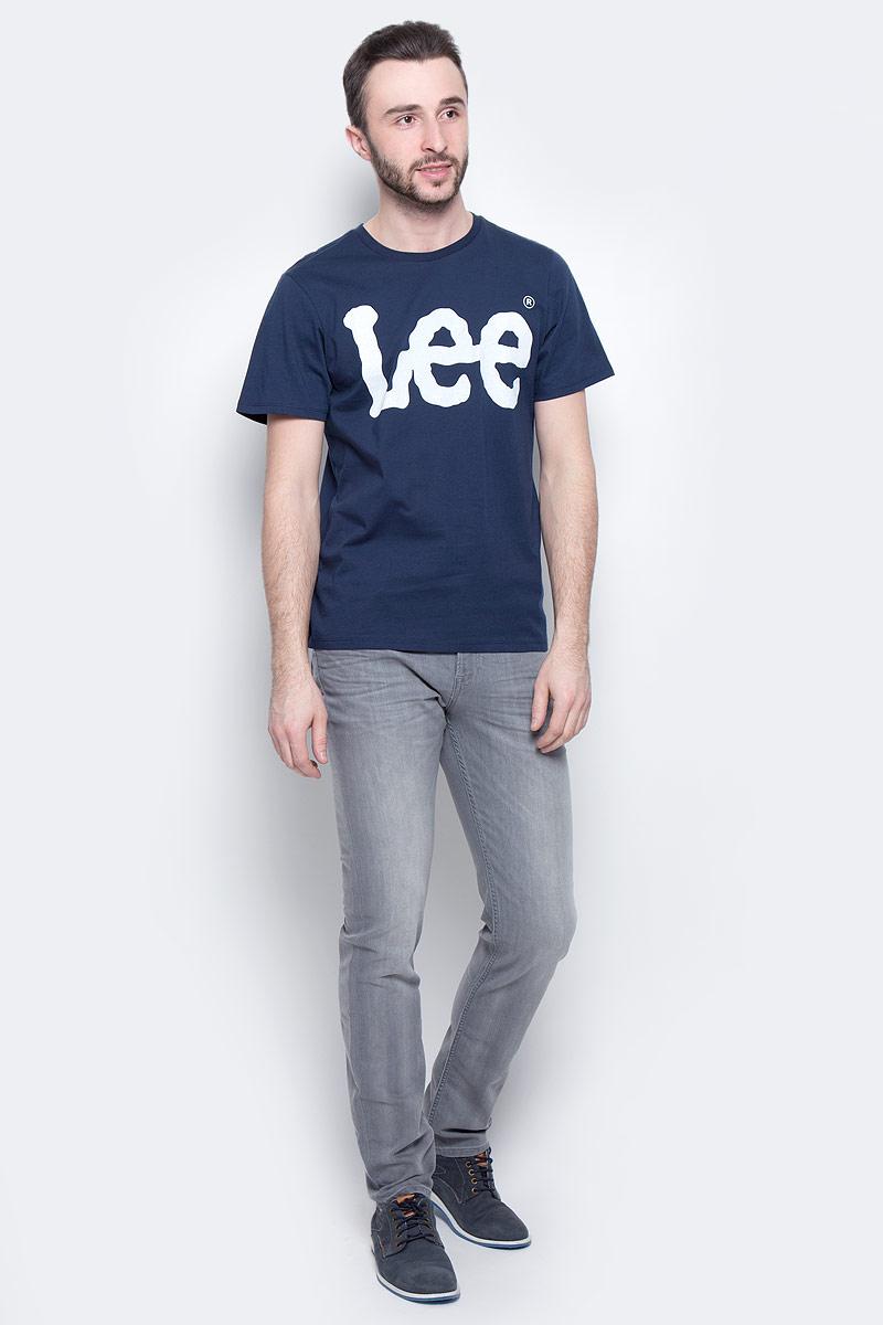 Футболка мужская Lee Logo, цвет: темно-синий. L64CAI35. Размер XL (52)L64CAI35Мужская футболка Lee Logo изготовлена из натурального хлопка. Модель выполнена с круглой горловиной и короткими рукавами. Спереди футболка декорирована оригинальным принтом с названием бренда.
