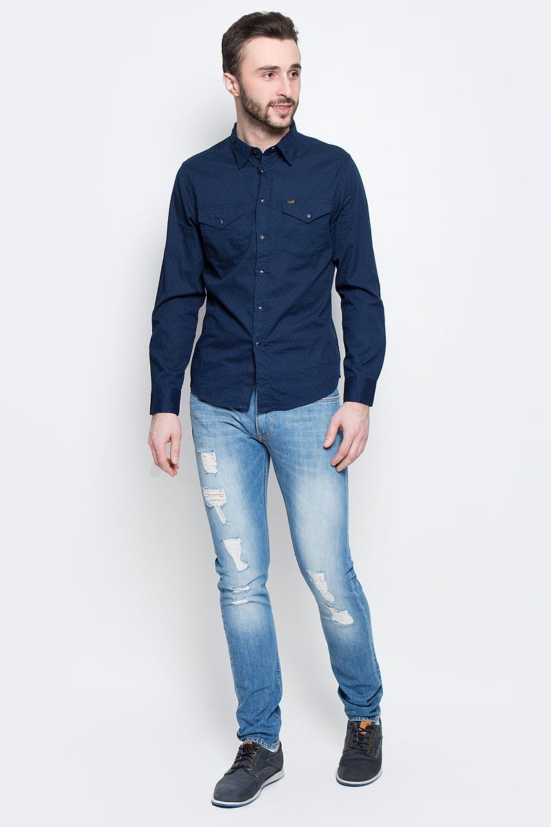 Джинсы мужские Lee Luke, цвет: синий. L719CDHQ. Размер 30-32 (46-32)L719CDHQМужские джинсы Lee Luke выполнены из высококачественного эластичного хлопка. Джинсы-слим стандартной посадки застегиваются на пуговицу в поясе и ширинку на застежке-молнии, дополнены шлевками для ремня. Джинсы имеют классический пятикарманный крой: спереди модель дополнена двумя втачными карманами и одним маленьким накладным кармашком, а сзади - двумя накладными карманами. Джинсы украшены декоративными потертостями, разрезами и заплатками.