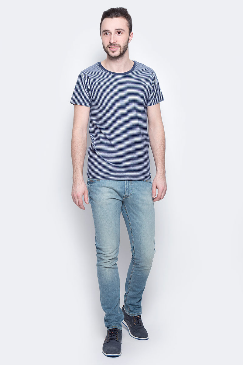 Футболка мужская Lee Stripe, цвет: синий, белый. L60IOJPS. Размер L (50)L60IOJPSМужская футболка Lee Stripe изготовлена из натурального хлопка. Модель выполнена с круглой горловиной и короткими рукавами оформлена принтом в тонкую полоску.