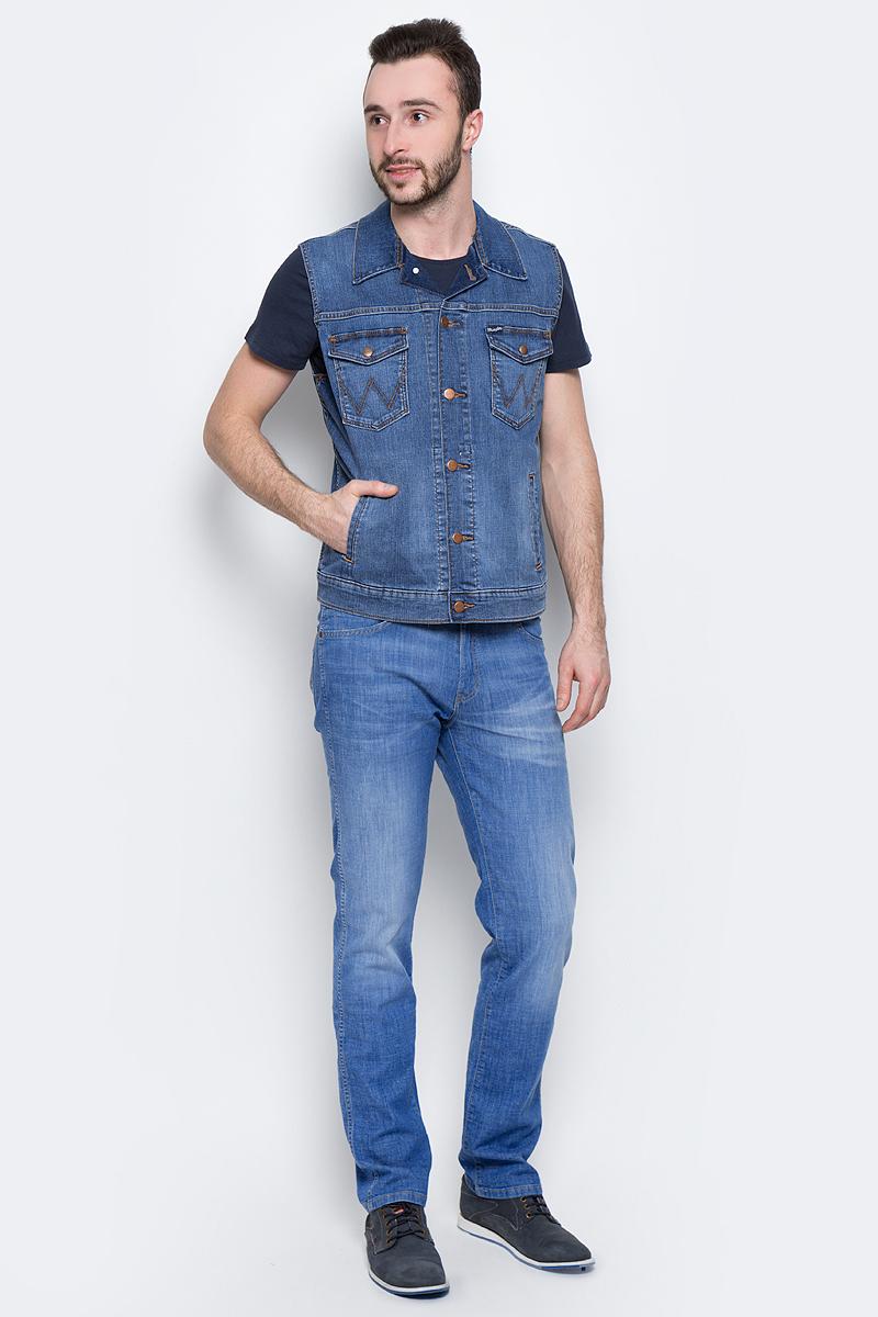 Жилет мужской Wrangler, цвет: синий. W447NJ70L. Размер M (48)W447NJ70LМужской джинсовый жилет Wrangler c отложным воротником выполнен из эластичного хлопка. Модель застегивается на пуговицы спереди. Изделие имеет два накладных нагрудных кармана с клапанами на кнопках и два прорезных кармана спереди. Жилет оформлен декоративными потертостями.