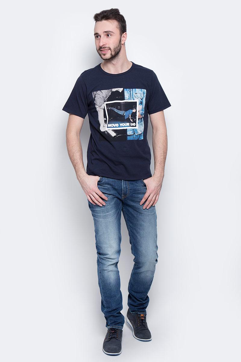 Футболка мужская Lee Photo, цвет: темно-синий. L60QEPSJ. Размер L (50)L60QEPSJМужская футболка Lee Photo изготовлена из натурального хлопка. Модель выполнена с круглой горловиной и короткими рукавами. Спереди футболка декорирована оригинальным принтом.