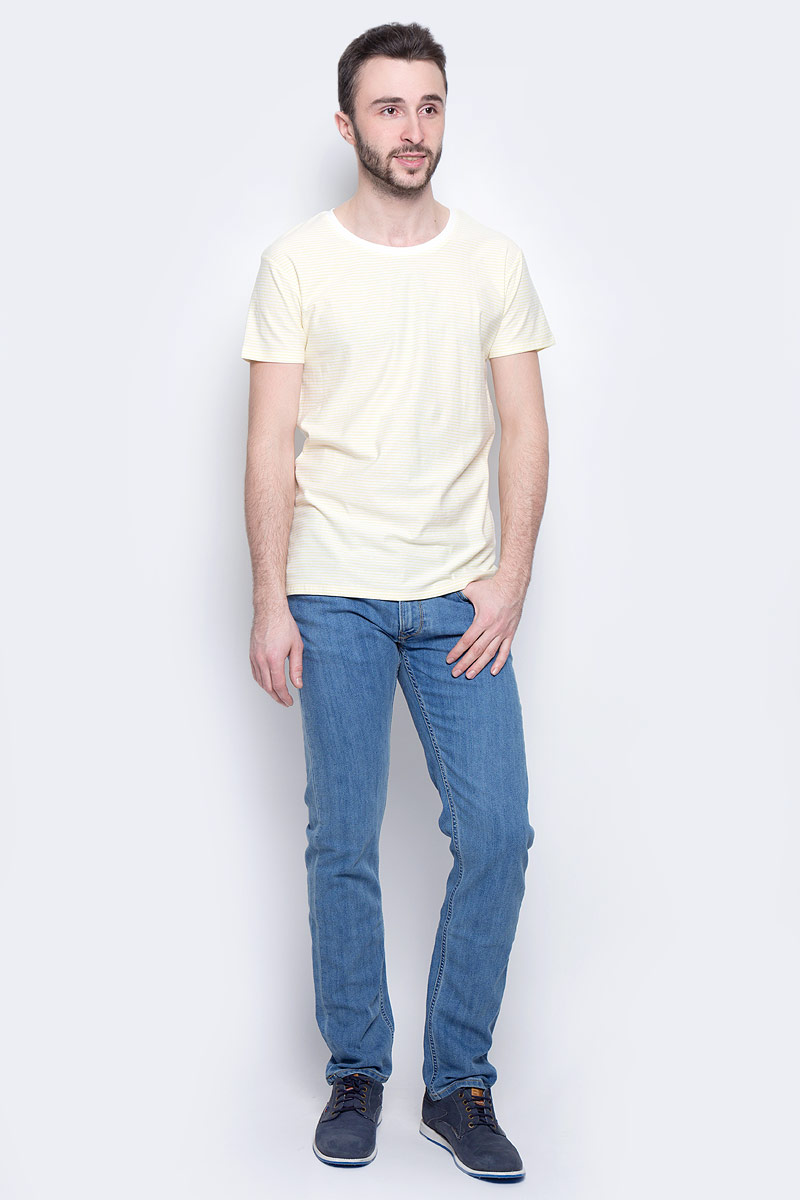 Джинсы мужские Lee Daren Zip Fly, цвет: синий. L707ACHN. Размер 32-32 (48-32)L707ACHNМужские джинсы Lee Daren Zip Fly выполнены из высококачественного хлопка с добавлением эластомультиэстера. Прямые джинсы стандартной посадки застегиваются на пуговицу в поясе и ширинку на застежке-молнии, дополнены шлевками для ремня. Джинсы имеют классический пятикарманный крой: спереди модель дополнена двумя втачными карманами и одним маленьким накладным кармашком, а сзади - двумя накладными карманами. Джинсы украшены декоративными потертостями.