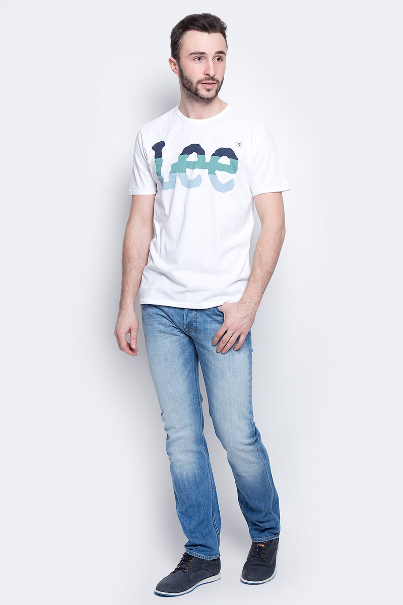 Футболка мужская Lee Seasonal Logo, цвет: белый. L60PAI12. Размер M (48)L60PAI12Мужская футболка Lee Seasonal Logo изготовлена из натурального хлопка. Модель выполнена с круглой горловиной и короткими рукавами. Спереди футболка декорирована оригинальным принтом с названием бренда.