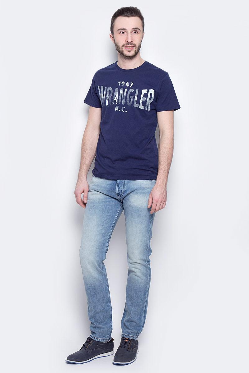 Джинсы мужские Wrangler Boyton, цвет: синий. W16EBZ91S. Размер 33-34 (48/50-34)W16EBZ91SМужские джинсы Wrangler Boyton выполнены из высококачественного натурального хлопка. Прямые джинсы стандартной посадки застегиваются на пуговицу в поясе и ширинку на пуговицах, дополнены шлевками для ремня. Джинсы имеют классический пятикарманный крой: спереди модель дополнена двумя втачными карманами и одним маленьким накладным кармашком, а сзади - двумя накладными карманами. Джинсы украшены стильными декоративными потертостями.