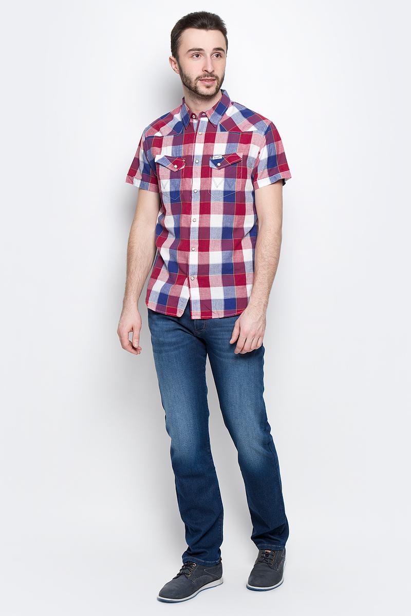 Рубашка мужская Wrangler Heritage Western, цвет: красный, белый, синий. W5873CQ57. Размер XXL (54)W5873CQ57Мужская рубашка Wrangler Heritage Western изготовлена из натурального хлопка. Модель с короткими рукавами имеет на груди два накладных кармана под клапанами на кнопках. Рубашка застегивается на кнопки и верхнюю пуговицу. Низ модели закруглен.