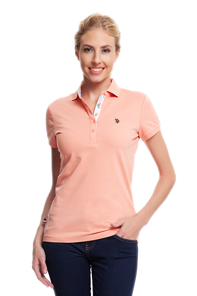 Поло женское U.S. Polo Assn., цвет: оранжевый. G082CS0110TP01S04-011. Размер L (48)G082CS0110TP01S04-011Стильная футболка-поло с короткими рукавами и отложным воротником выполнена из натурального эластичного хлопка. На груди модель застегивается на пуговицы.