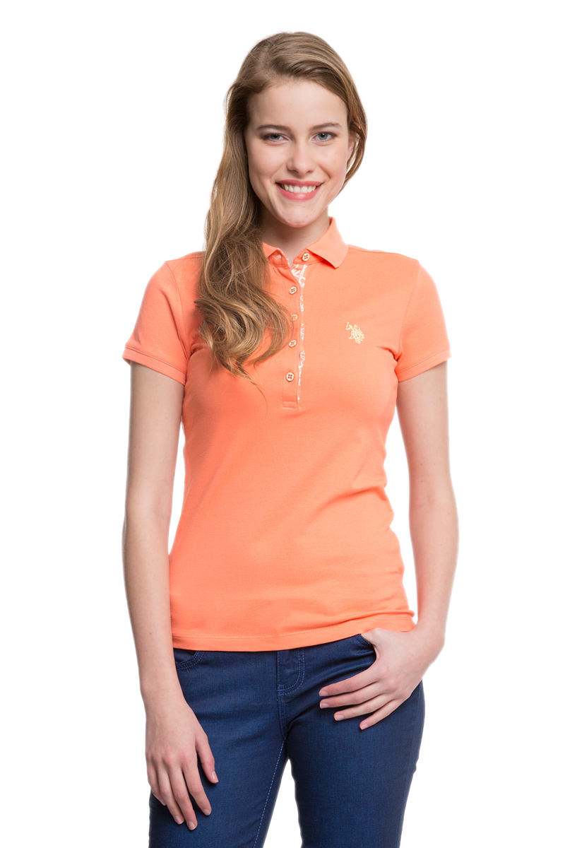 Поло женское U.S. Polo Assn., цвет: оранжевый. G082SZ0110RP01IY05-011. Размер L (48)G082SZ0110RP01IY05-011Стильная футболка-поло с короткими рукавами и отложным воротником выполнена из натурального эластичного хлопка. На груди модель застегивается на пуговицы.