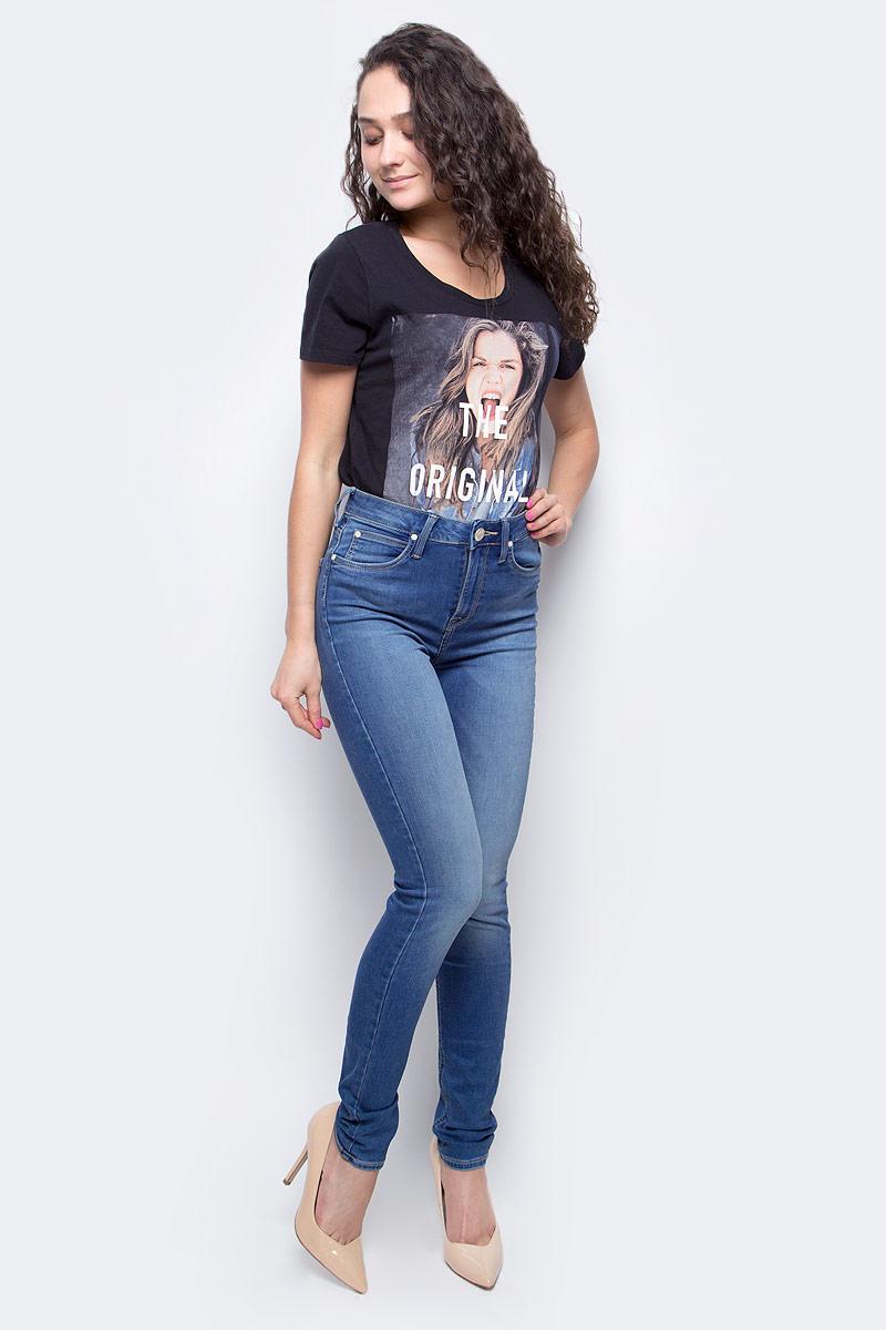 Джинсы женские Lee Skyler, цвет: светло-синий. L308HMFM. Размер 28-33 (44-33)L308HMFMСтильные женские джинсы Lee Skyler созданы специально для того, чтобы подчеркивать достоинства вашей фигуры. Модель зауженного к низу кроя и завышенной посадки станет отличным дополнением к вашему современному образу. Застегиваются джинсы на пуговицу в поясе и ширинку на застежке-молнии, имеются шлевки для ремня. Спереди модель оформлены двумя втачными карманами и одним небольшим секретным кармашком, а сзади - двумя накладными карманами.Эти модные и в тоже время комфортные джинсы послужат отличным дополнением к вашему гардеробу. В них вы всегда будете чувствовать себя уютно и комфортно.