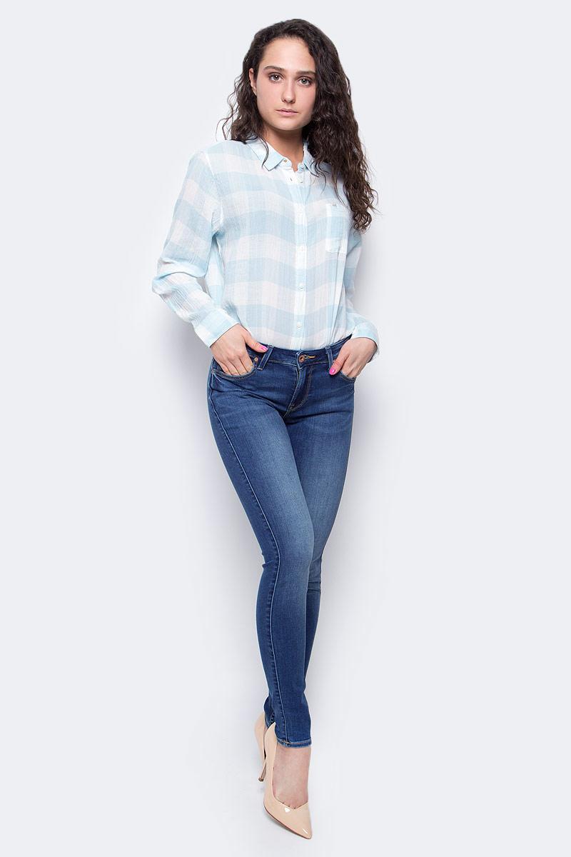 Джинсы женские Lee Jodee, цвет: синий. L529HAKE. Размер 28-33 (44-33)L529HAKEСтильные женские джинсы Lee Jodee - отличная модель на каждый день, которая прекрасно подчеркнет вашу фигуру.Изделие изготовлено из высококачественного эластичного хлопка. Модель облегающего кроя и средней посадки станет отличным дополнением к вашему современному образу. Застегиваются джинсы на металлическую пуговицу в поясе и ширинку на застежке-молнии, имеются шлевки для ремня. Спереди модель дополнена двумя втачными карманами и небольшим секретным кармашком, а сзади - двумя накладными карманами. Модель оформлена легким эффектом потертости, контрастной прострочкой, металлическими клепками с логотипом бренда и фирменной нашивкой на поясе. Эти эффектные и в то же время комфортные джинсы послужат превосходным дополнением к вашему гардеробу. В них вы всегда будете чувствовать себя уютно и комфортно.