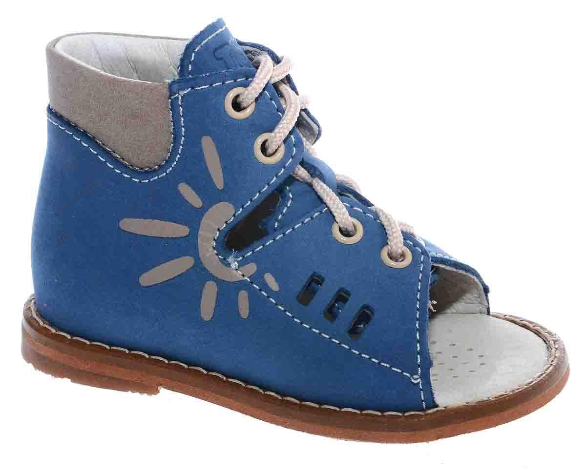 Сандалии для мальчика Тотто, цвет: синий, бежевый. 03-КП. Размер 2303-КПУльтрамодные сандалии для мальчика от Тотто выполнены из натурального высококачественного нубука и оформлены изображением солнышка на боковой стороне, тисненым названием бренда на язычке, декоративной перфорацией, прострочкой вдоль ранта. Шнуровка надежно зафиксирует модель на ножке ребенка. Закрытый жесткий задник защищает детскую стопу от повреждений при движении. Внутренняя поверхность и стелька изготовлены из натуральной кожи. Стелька дополнена супинатором, который отвечает за правильное положение ноги ребенка при ходьбе, предотвращает плоскостопие. Перфорация на стельке позволяет ножкам дышать. Ортопедический каблук Томаса (каблук высотой от 2 до 5 мм) укрепляет подошву под средней частью стопы и препятствует заваливанию детской стопы внутрь. Каблук и подошва, выполненные из резины, дополнены рифленой поверхностью.