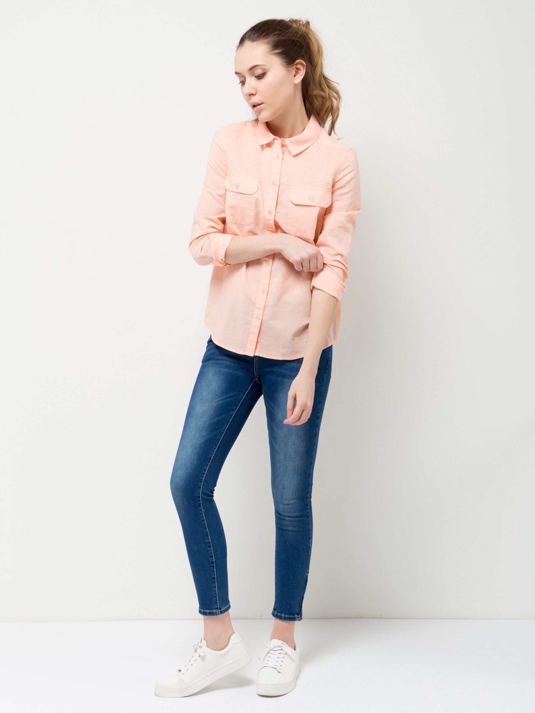 Рубашка женская Sela, цвет: светло-персиковый. B-112/1189-7162. Размер 46B-112/1189-7162Классическая женская рубашка Sela выполнена изо льна с добавлением хлопка. Модель прямого кроя с отложным воротничком застегивается на пуговицы и дополнена двумя накладными карманами с клапанами. Манжеты длинных рукавов с опцией подгибки также дополнены пуговицами. Рубашка подойдет для офиса, прогулок и дружеских встреч и будет отлично сочетаться с джинсами и брюками, и гармонично смотреться с юбками. Мягкая ткань комфортна и приятна на ощупь.