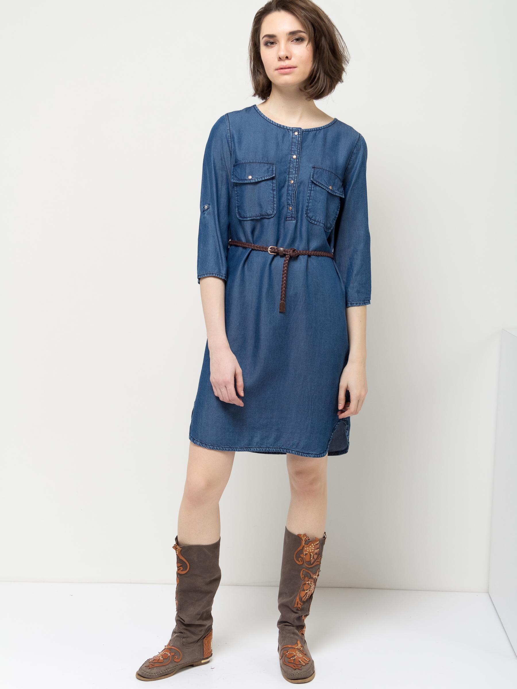 Платье Sela, цвет: синий джинс. Dj-137/012-7161. Размер 44Dj-137/012-7161Стильное платье Sela выполнено из легкого материала, имитирующего джинс. Модель А-силуэта с круглым вырезом горловины и рукавами 3/4 застегивается на кнопки до середины груди и дополнена двумя накладными карманами с клапанами. Линию талии подчеркивает входящий в комплект плетеный ремешок из искусственной кожи. Рукава можно подвернуть и зафиксировать при помощи хлястиков на пуговицах. Платье миди-длины подойдет для прогулок и дружеских встреч и станет отличным дополнением гардероба. Мягкая ткань на основе вискозы комфортна и приятна на ощупь.