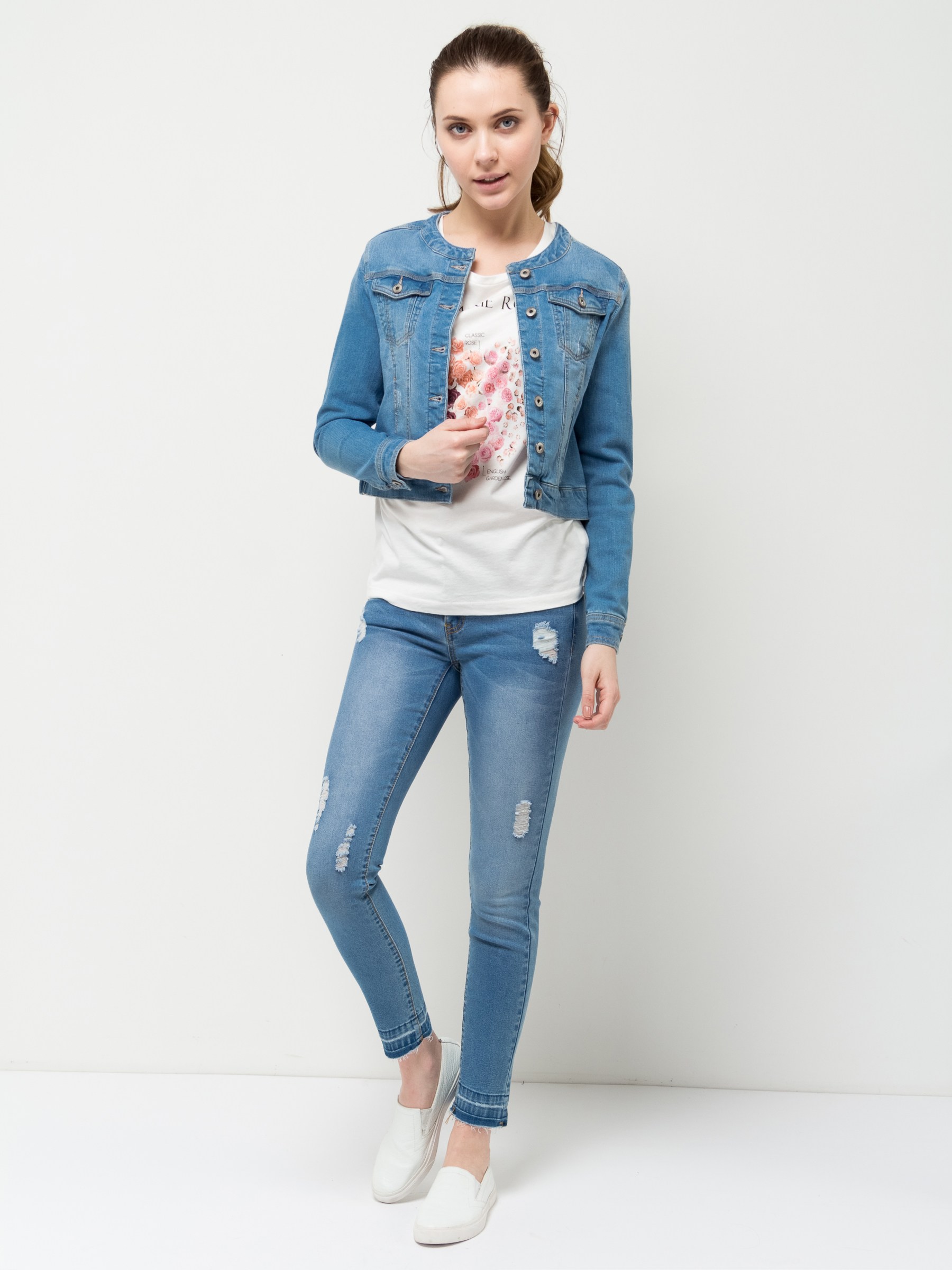 Куртка джинсовая женская Sela, цвет: голубой джинс. JTj-136/068-7161. Размер 42JTj-136/068-7161Джинсовая куртка Sela, выполненная из качественного эластичного хлопка, станет отличным дополнением гардероба каждой модницы. Слегка укороченная модель прямого кроя с круглым вырезом горловины застегивается на пуговицы и дополнена двумя прорезными и двумя накладными карманами с клапанами на пуговицах. Манжеты длинных рукавов также дополнены пуговицами.Куртка подойдет для прогулок и дружеских встреч и будет отлично сочетаться с джинсами и брюками, а также гармонично смотреться с юбками.