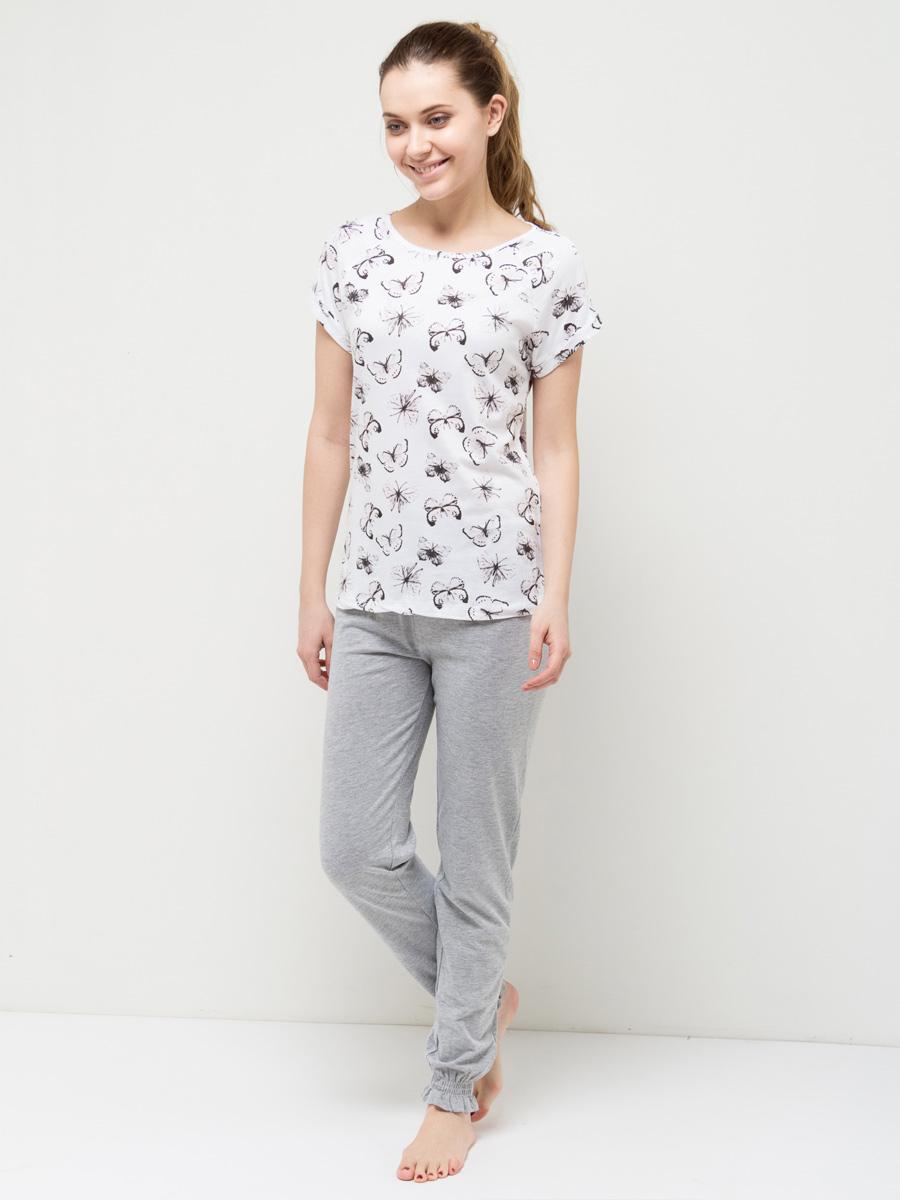 Пижама женская Sela, цвет: молочный. PYb-162/017-7101. Размер L (48)PYb-162/017-7101Уютная женская пижама Sela, состоящая из футболки и брюк, станет отличным дополнением к домашнему гардеробу. Пижама изготовлена из хлопка с добавлением модала, благодаря чему она приятна на ощупь и комфортна в носке. Футболка прямого кроя с короткими рукавами-реглан оформлена ярким принтом. Круглый вырез горловины дополнен мягкой эластичной бейкой. Однотонные брюки полуприлегающего кроя, слегка зауженные к низу, имеют пояс на широкой резинке, дополнительно регулируемый шнурком. Низ брючин также дополнен резинками.