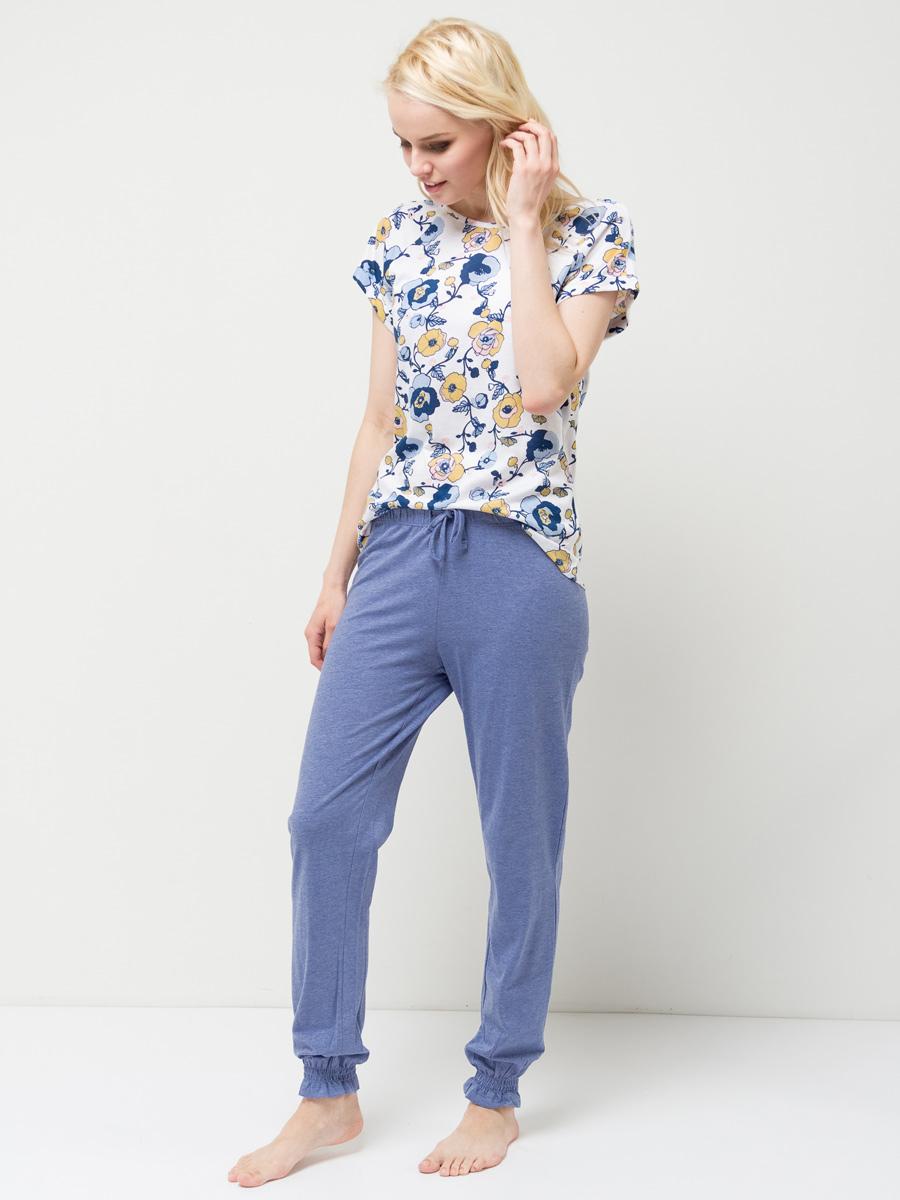 Пижама женская Sela, цвет: небесно-голубой. PYb-162/017-7101. Размер XS (42)PYb-162/017-7101Уютная женская пижама Sela, состоящая из футболки и брюк, станет отличным дополнением к домашнему гардеробу. Пижама изготовлена из хлопка с добавлением модала, благодаря чему она приятна на ощупь и комфортна в носке. Футболка прямого кроя с короткими рукавами-реглан оформлена ярким принтом. Круглый вырез горловины дополнен мягкой эластичной бейкой. Однотонные брюки полуприлегающего кроя, слегка зауженные к низу, имеют пояс на широкой резинке, дополнительно регулируемый шнурком. Низ брючин также дополнен резинками.