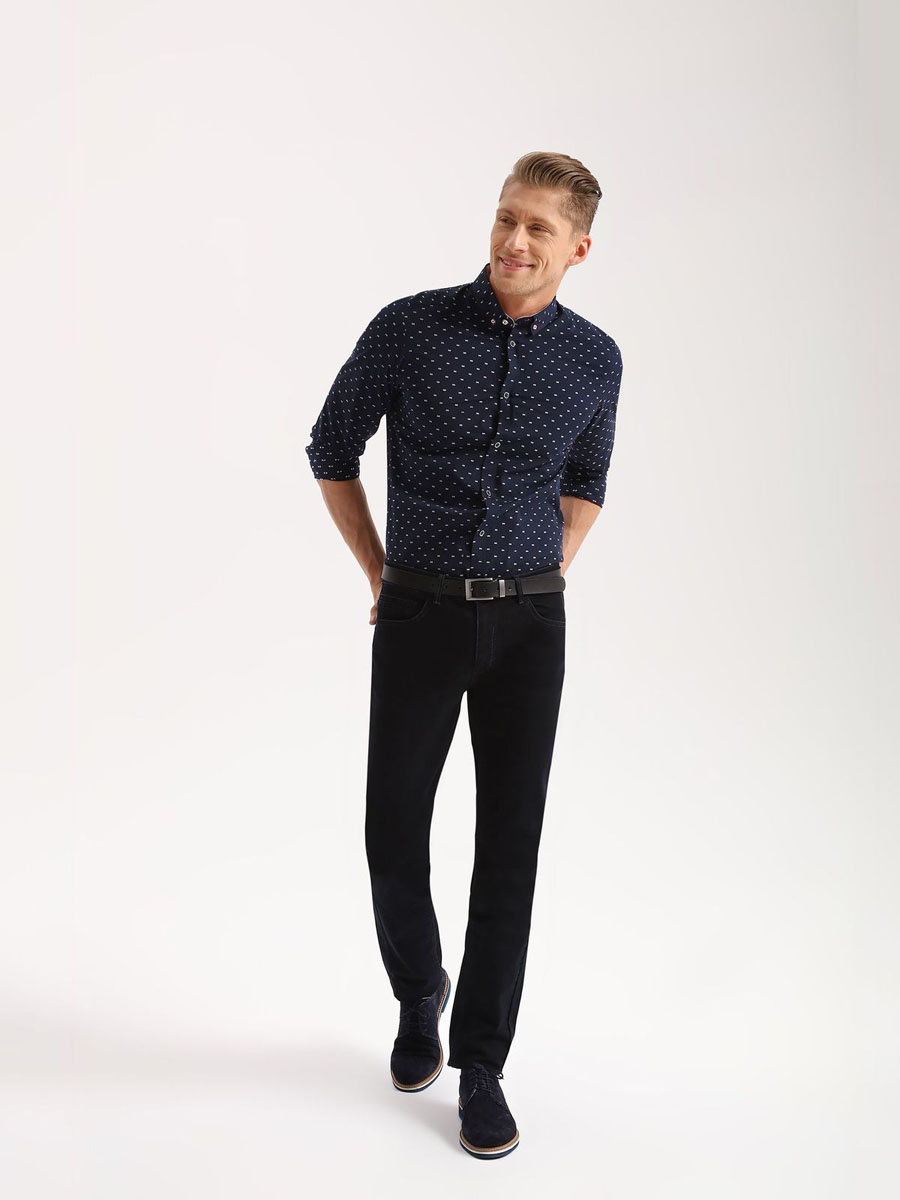 Брюки мужские Top Secret, цвет: синий. SSP2497NI32H[E]. 32H (48)SSP2497NIСтильные мужские брюки Top Secret - джинсы высочайшего качества на каждый день, которые прекрасно сидят. Модель классического кроя и средней посадки изготовлена из высококачественного хлопка и эластана. Застегиваются брюки на пуговицу в поясе и ширинку на молнии, имеются шлевки для ремня. Спереди модель дополнена двумя втачными карманами, а сзади - двумя накладными карманами. Эти модные и в тоже время комфортные брюки послужат отличным дополнением к вашему гардеробу. В них вы всегда будете чувствовать себя уютно и комфортно.