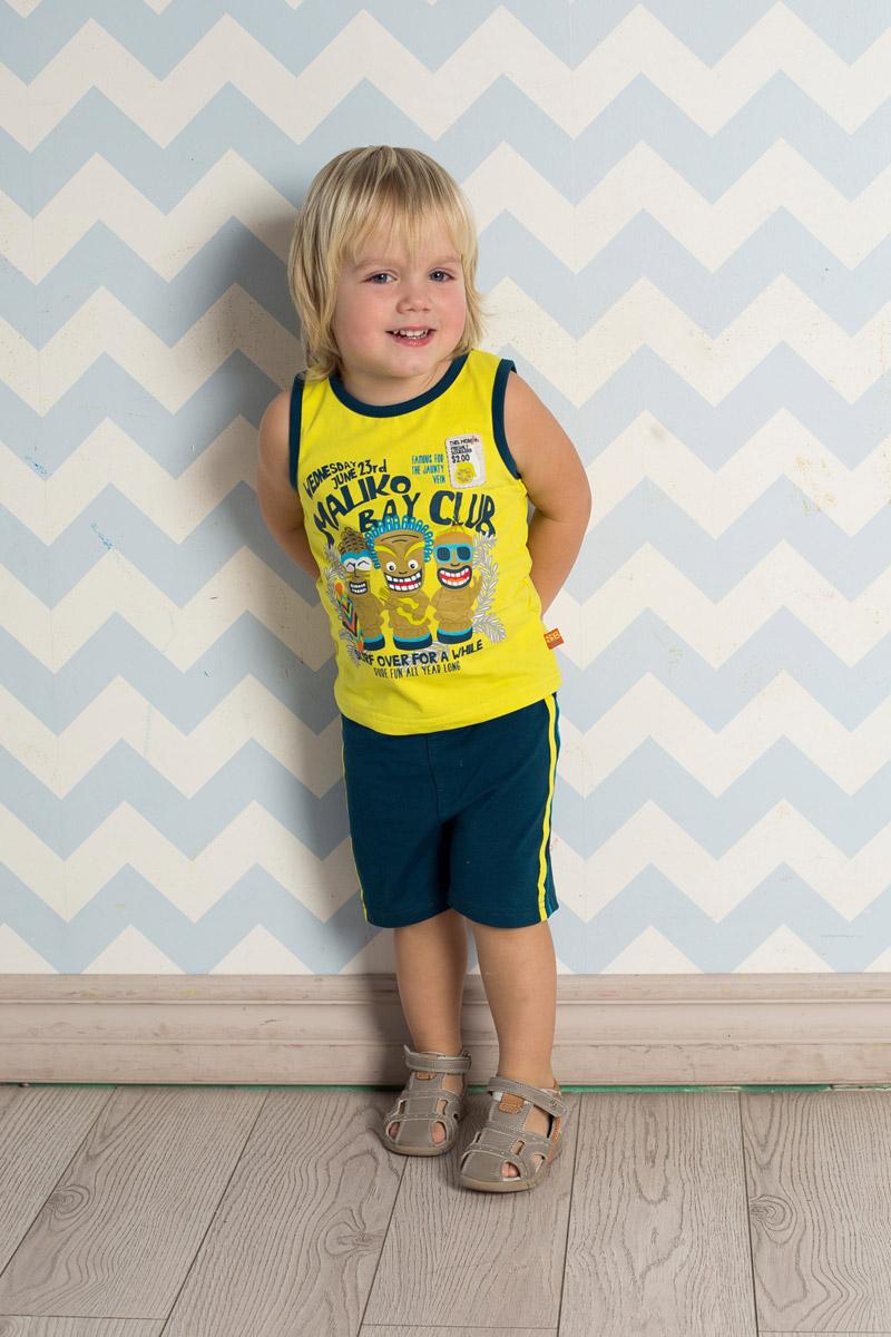 Комплект для мальчика Sweet Berry Baby: майка, шорты, цвет: серо-синий, желтый. 711022. Размер 86711022Яркий комплект для мальчика Sweet Berry, изготовленный из качественного эластичного хлопка, состоит из майки и шорт. Майка декорирована оригинальным принтом, нашивкой и контрастными эластичными бейками по горловине и проймам. Удобные шорты прямого кроя имеют пояс на мягкой резинке, дополнительно регулируемый шнурком, и дополнены контрастными лампасами по бокам.