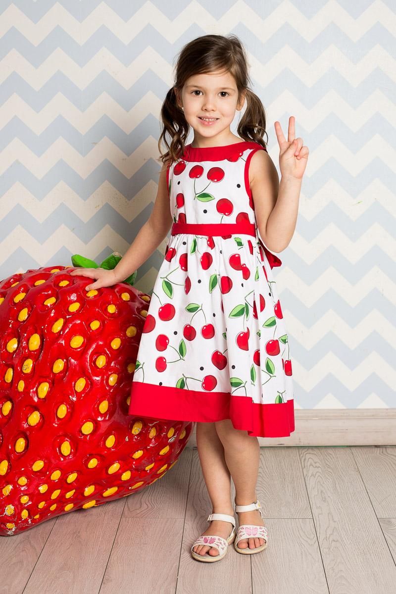 Платье для девочки Sweet Berry, цвет: белый, красный. 714161. Размер 122714161Классическое платье для девочки Sweet Berry выполнено из натурального хлопка и оформлено принтом с изображением вишенок. Модель средней длины с пышной юбкой-солнцем застегивается сзади на потайную застежку-молнию. Линию талии подчеркивает текстильный поясок контрастного цвета, завязывающийся на бант. Горловина и низ платья декорированы контрастным материалом.