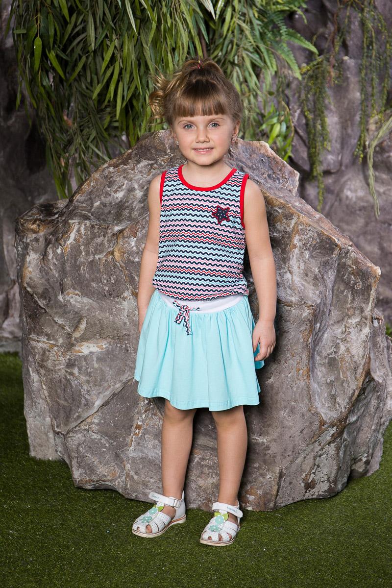 Платье для девочки Sweet Berry, цвет: бирюзовый, голубой. 714093. Размер 116714093Яркое платье для девочки Sweet Berry выполнено из натурального хлопка в полоску с имитацией майки и юбки. Модель приталенного кроя с расклешенной юбкой оформлена вышивкой со стразами. Вырез горловины и проймы дополнены мягкими эластичными бейками контрастного цвета. Линию талии подчеркивает вшитый пояс-резинка, дополнительно регулируемый шнурком.