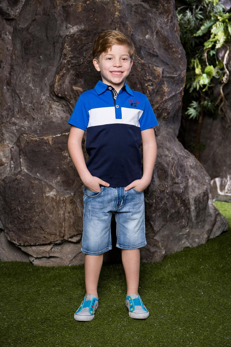Футболка-поло для мальчика Sweet Berry, цвет: синий. 713017. Размер 128713017Стильная футболка-поло для мальчика Sweet Berry, выполненная из качественного эластичного хлопка, станет отличным дополнением к детскому гардеробу. Модель свободного кроя с удлиненной спинкой и боковыми разрезами застегивается на пуговицы и оформлена фирменной вышивкой.