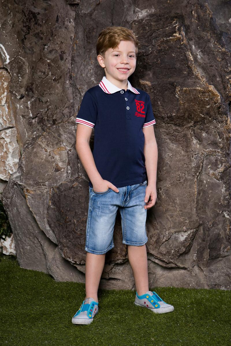 Футболка-поло для мальчика Sweet Berry, цвет: темно-синий. 713015. Размер 128713015Стильная футболка-поло для мальчика Sweet Berry, выполненная из качественного эластичного хлопка, станет отличным дополнением к детскому гардеробу. Модель свободного кроя застегивается на пуговицы и оформлена оригинальной вышивкой. Классический отложной воротничок и манжеты рукавов выполнены из материала контрастного цвета с яркими полосками.