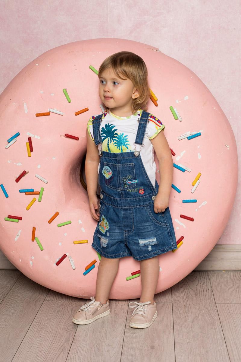 Полукомбинезон для девочки Sweet Berry Baby, цвет: синий. 712080. Размер 98712080Стильный джинсовый полукомбинезон для девочки Sweet Berry выполнен из натурального хлопка с эффектом потертостей и разрывов и оформлен аппликациями и вышивкой. Модель имеет регулируемые бретели и застегивается на пуговицы по бокам. Изделие дополнено накладным карманом на груди, двумя втачными карманами по бокам и двумя накладными карманами сзади.