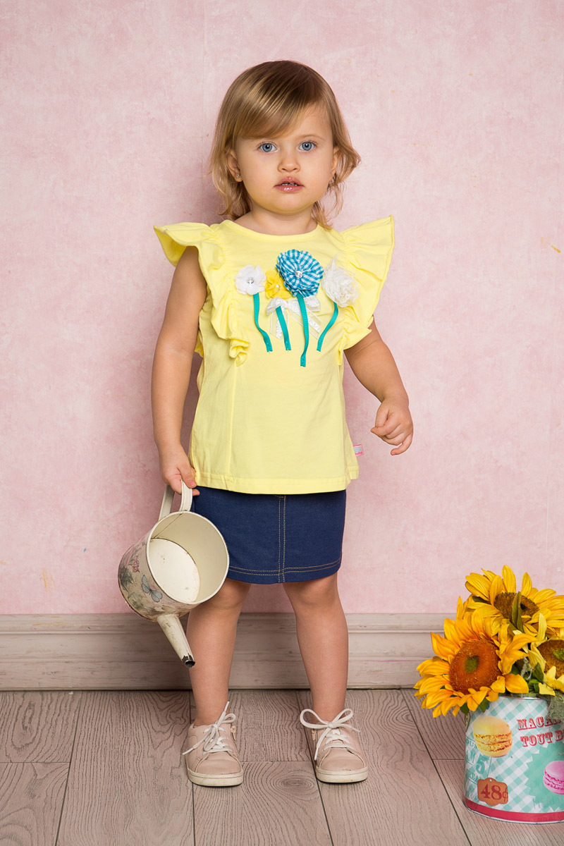 Футболка для девочки Sweet Berry Baby, цвет: желтый. 712014. Размер 80712014Яркая футболка для девочки Sweet Berry, выполненная из качественного эластичного хлопка, станет отличным дополнением к детскому гардеробу. Модель с круглым вырезом горловины оформлена воланами на плечах и объемной цветочной аппликацией. Воротник дополнен мягкой эластичной бейкой.