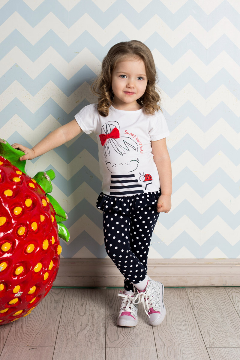 Футболка для девочки Sweet Berry Baby, цвет: белый. 712058. Размер 86712058Яркая футболка для девочки Sweet Berry выполнена из качественного эластичного хлопка. Удлиненная модель с круглым вырезом горловины и короткими рукавами-фонариками оформлена контрастной вставкой-воланом по низу и оригинальным принтом с объемным бантиком. Воротник дополнен мягкой эластичной бейкой.