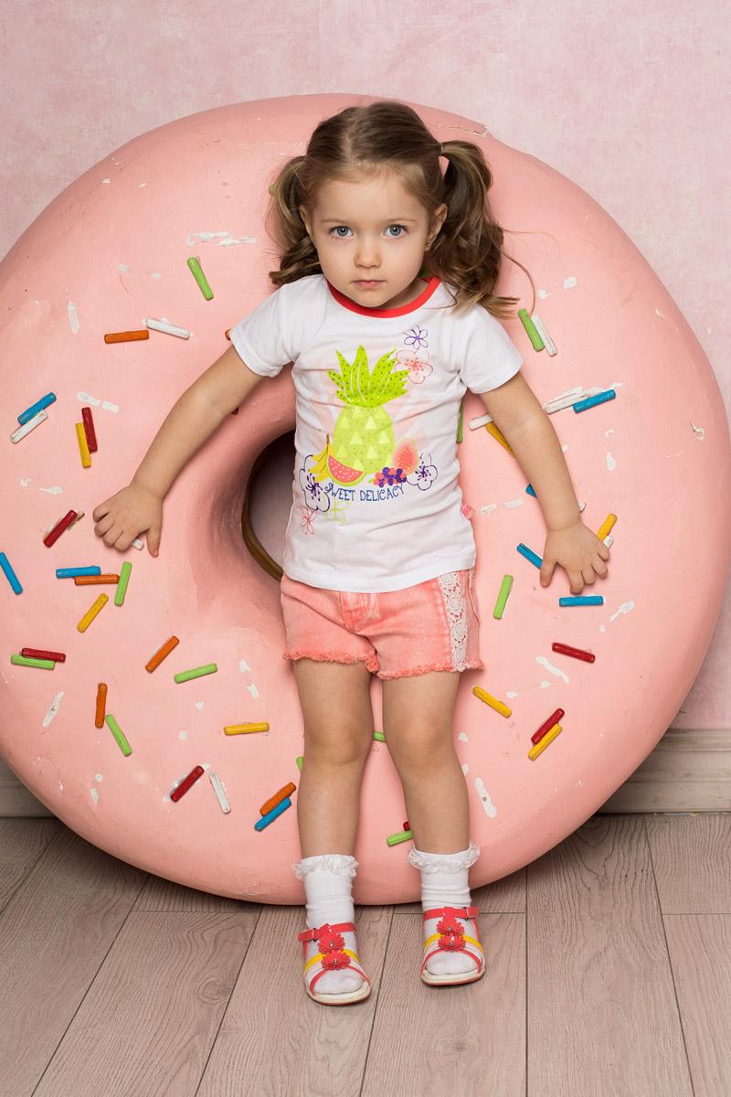 Футболка для девочки Sweet Berry Baby, цвет: белый. 712069. Размер 92712069Яркая футболка для девочки Sweet Berry выполнена из качественного эластичного хлопка. Модель с круглым вырезом горловины и короткими рукавами оформлена оригинальным принтом, стразами и глиттерной надписью. Воротник дополнен мягкой эластичной бейкой контрастного цвета.