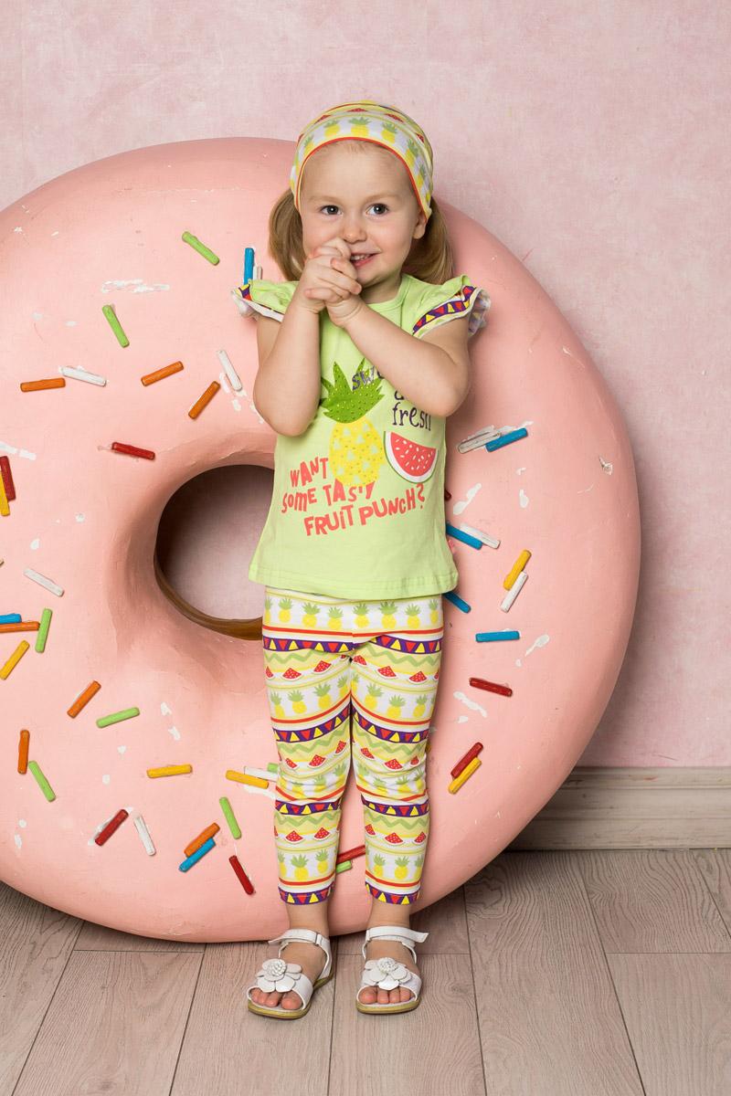 Футболка для девочки Sweet Berry Baby, цвет: салатовый. 712070. Размер 92712070Яркая приталенная футболка для девочки Sweet Berry выполнена из качественного эластичного хлопка. Модель с круглым вырезом горловины и рукавами-воланами оформлена оригинальным принтом и стразами. Воротник дополнен мягкой эластичной бейкой.