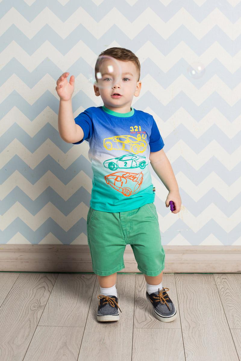 Футболка для мальчика Sweet Berry Baby, цвет: синий, зеленый. 711006. Размер 80711006Яркая футболка для мальчика Sweet Berry, выполненная из качественного эластичного хлопка градиентного цвета, станет отличным дополнением к детскому гардеробу. Модель с круглым вырезом горловины оформлена контурным изображением машин. Воротник дополнен мягкой трикотажной резинкой контрастного цвета.