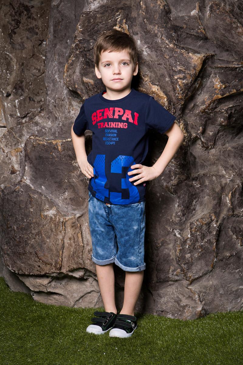 Футболка для мальчика Sweet Berry, цвет: темно-синий. 713012. Размер 128713012Яркая футболка для мальчика Sweet Berry, выполненная из качественного эластичного хлопка, станет отличным дополнением к детскому гардеробу. Модель с круглым вырезом горловины оформлена оригинальным принтом. Воротник дополнен мягкой трикотажной резинкой.