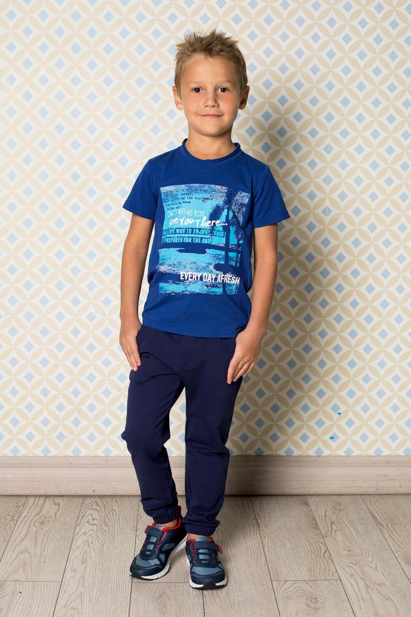 Футболка для мальчика Sweet Berry, цвет: темно-синий. 713040. Размер 116713040Яркая футболка для мальчика Sweet Berry, выполненная из качественного эластичного хлопка, станет отличным дополнением к детскому гардеробу. Модель с круглым вырезом горловины оформлена оригинальным принтом.